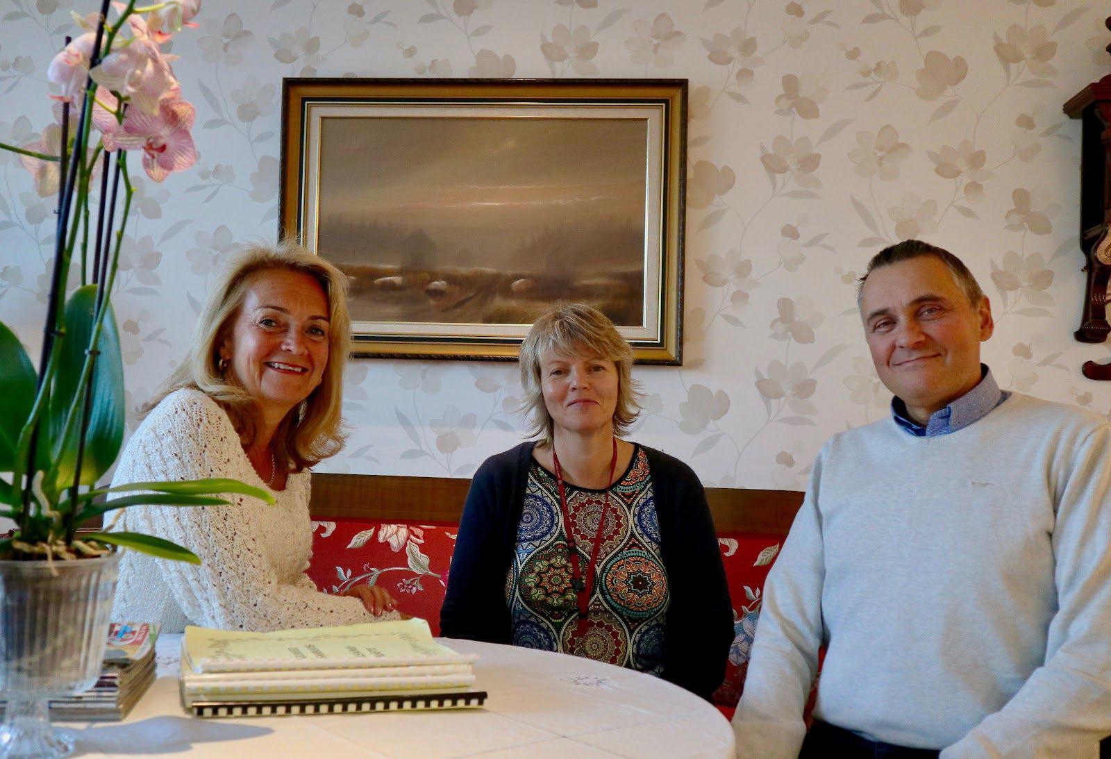 Lisbeth Fagerström, Peter Guss och Anki Vestlund sitter vid ett bord
